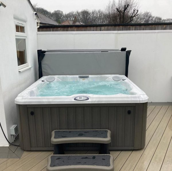 Jacuzzi hot tub with cover and steps